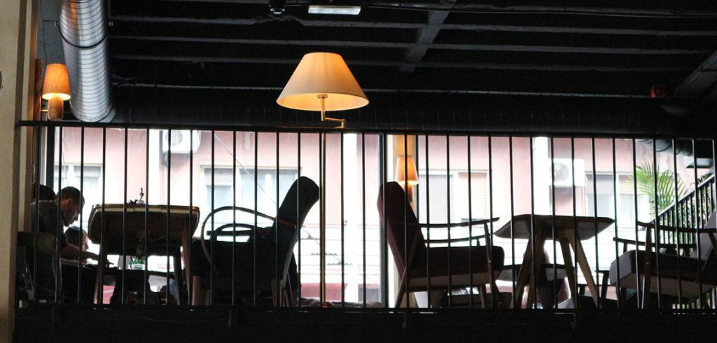 shamliza dizajn enterijera podrska restoran plato lampa sto stolice